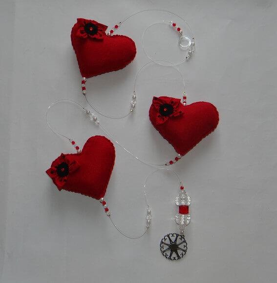Cortina de coração vemelho de feltro com miçangas transparentes e vermelhas Foto de Art&Ornamento