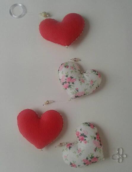 Cortina de coração vermelha com estampa florida Foto de Judy Artes