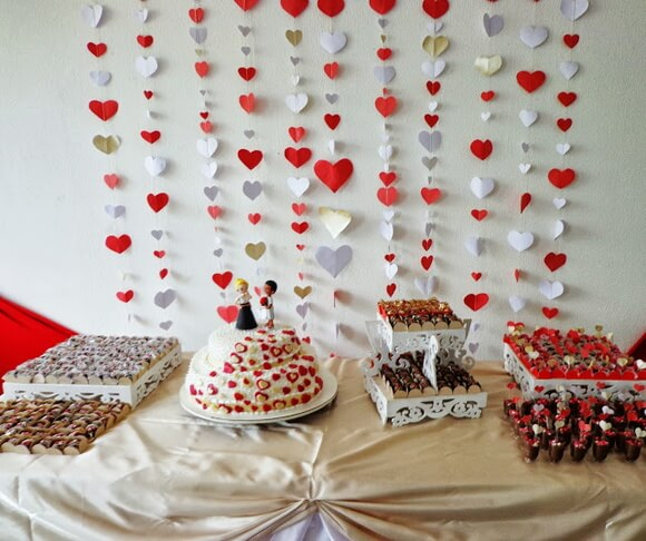Cortina de coração vermelho, branco e dourado Foto de Organizações Globocred