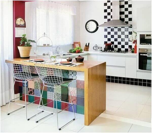Cozinha americana pequena colorida