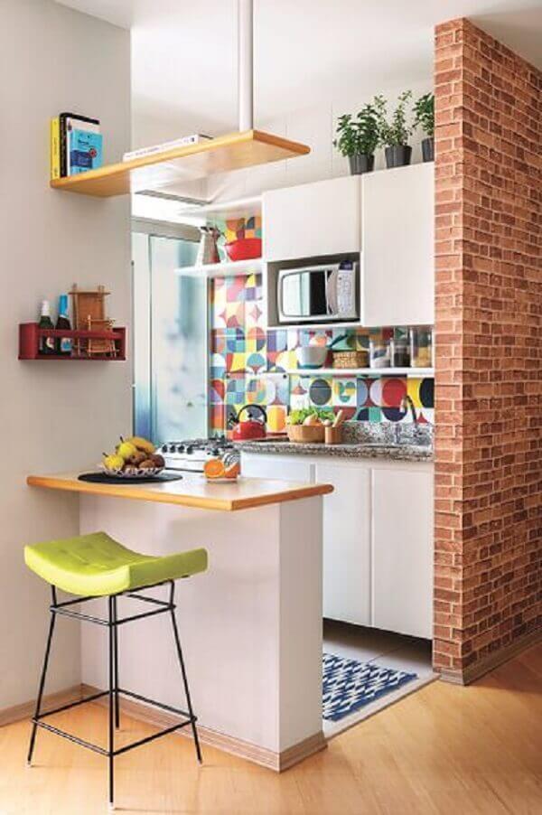 Cozinha americana pequena com adesivo na parede