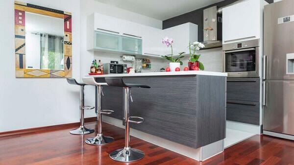 Cozinha americana pequena com bancada cinza