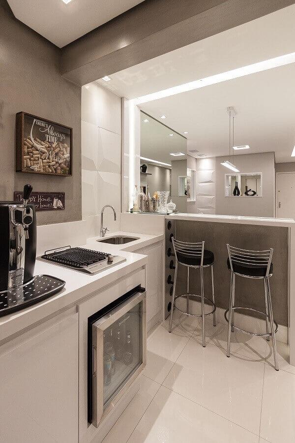 Cozinha americana pequena com banquetas altas