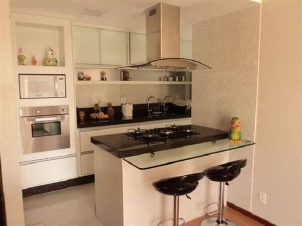 Cozinha americana pequena com mesa de vidro