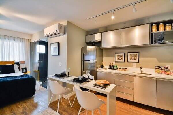 Cozinha americana pequena com mesa na cor branca