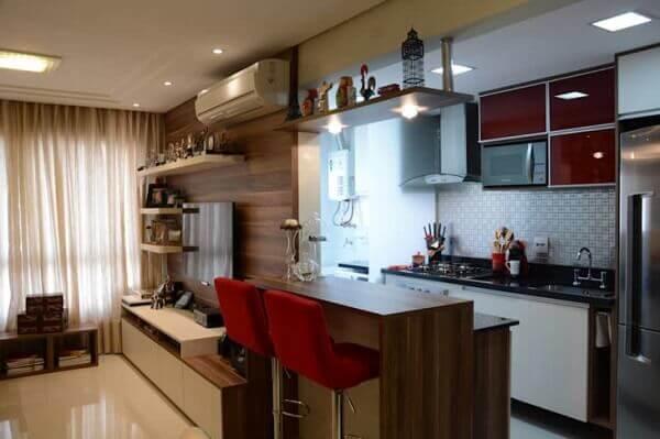 Cozinha americana pequena com mobiliários