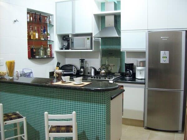 Cozinha americana pequena com pastilhas verde