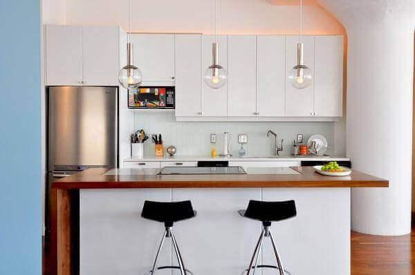 Cozinha americana pequena com pendentes