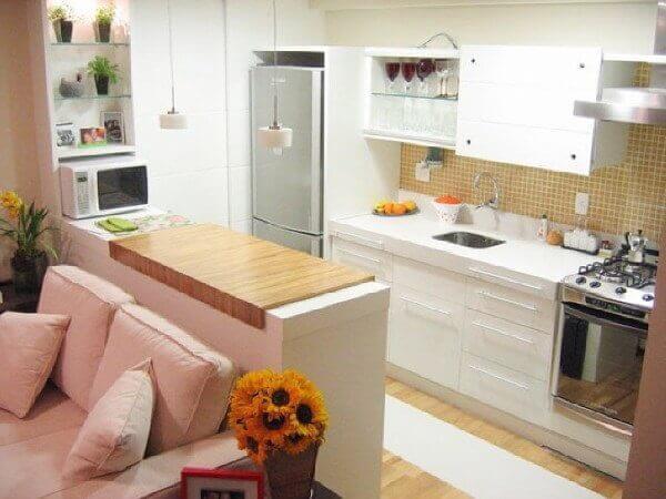 Cozinha americana pequena com sala simples