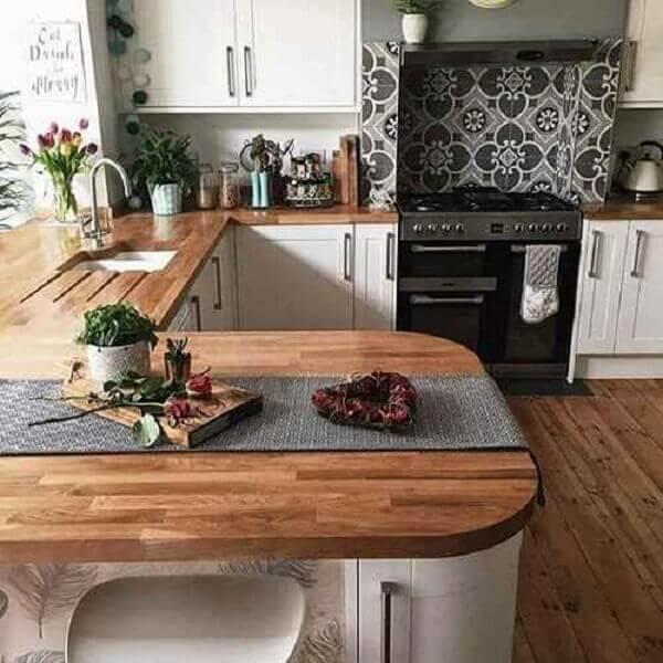 Cozinha americana pequena e balcão com madeira clara