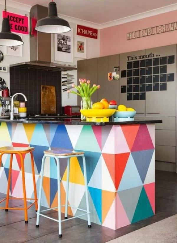 Cozinha americana pequena e colorida