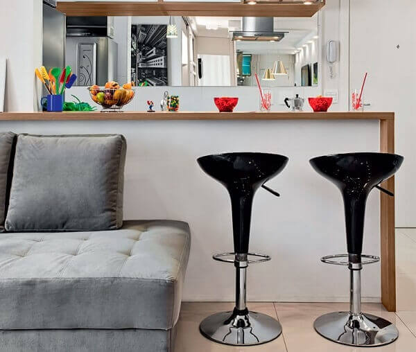Cozinha americana pequena em sala moderna