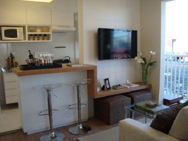 Cozinha americana pequena integrando a sala de estar