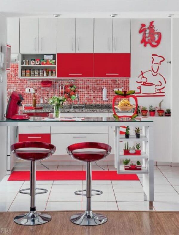 Cozinha americana pequena na cor vermelha