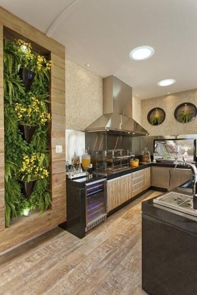 Cozinha gourmet com jardim vertical com moldura de madeira Projeto de Aquiles Nicolas Kilaris