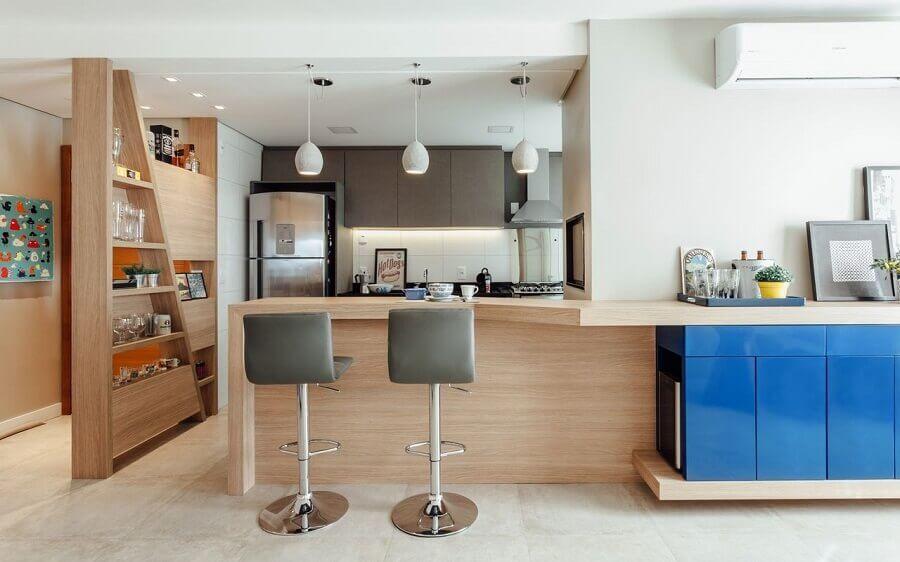 Cozinha integrada com balcão de madeira