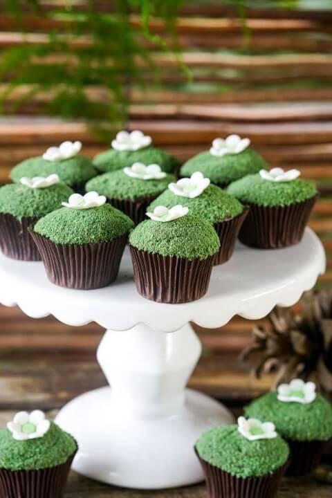 Cupcakes imitando musgo na decoração jardim encantado Foto de Pinterest