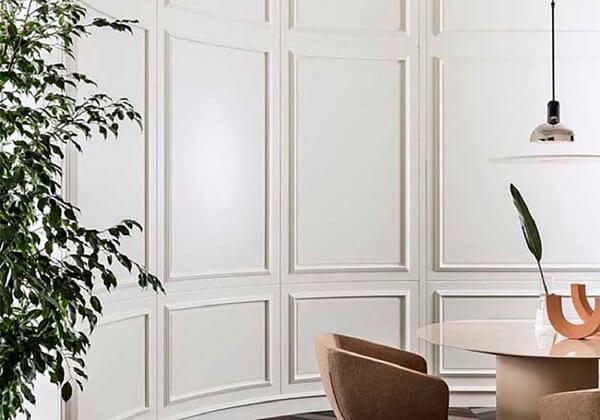 Decoração criativa de sala de jantar com boiserie. Fonte: Fashion Bubbles