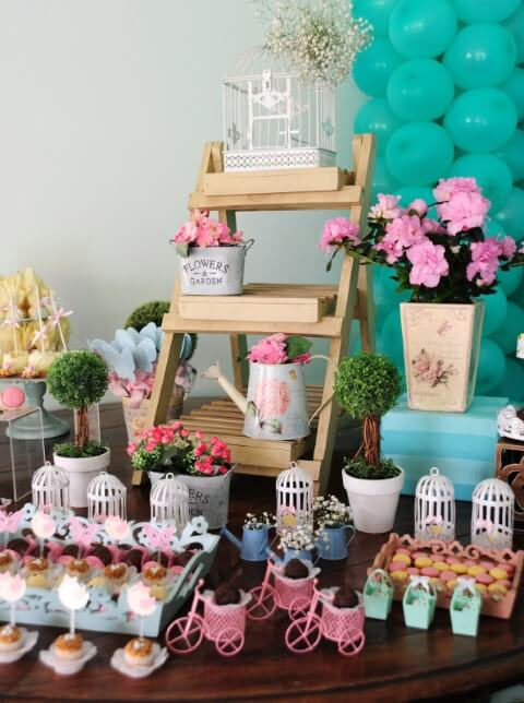 Decoração de festa jardim encantado com mini móvel de madeira na mesa de doces Foto de Pinterest