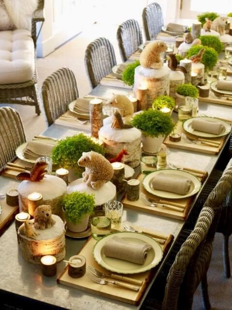 Christmas dinner table decoration with miniature animals Photo by SamsonPHP