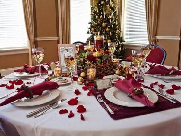 Christmas dinner table decoration in shades of wine Photo de Christmassite