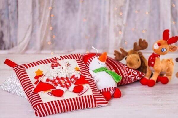 Decoração de natal simples e barata com almofadas e bichinhos
