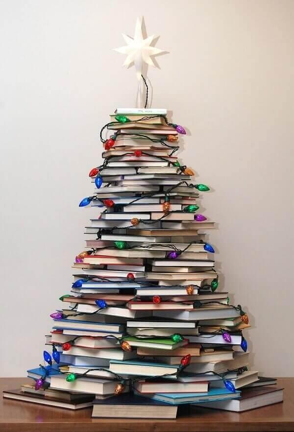 Decora%C3%A7%C3%A3o-de-natal-simples-e-barata-com-livros-empilhados Dicas de decoração de Natal simples para sua casa