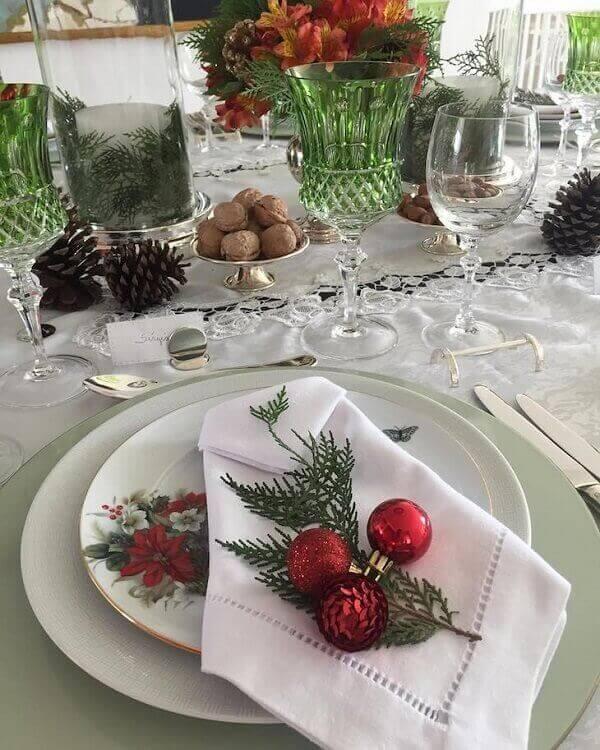 Decoração de natal simples e barata com mesa branca e bolinhas de natal