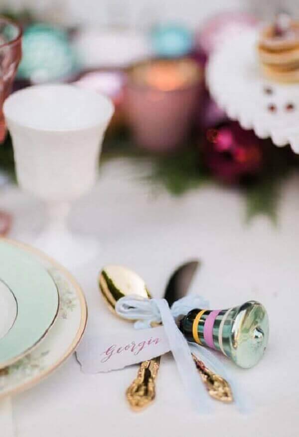 Decoração de natal simples e barata com pequenos enfeites para mesa