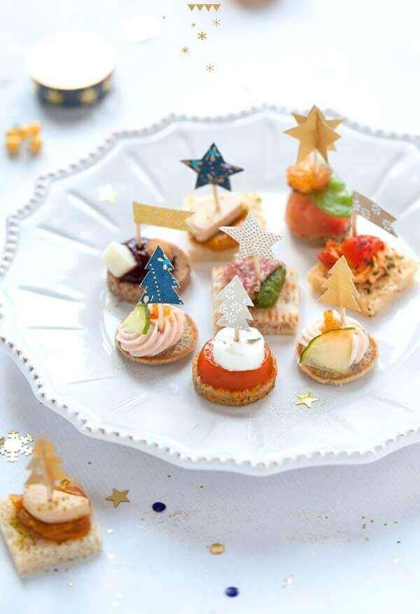 Decoração de natal simples e barata em comidinhas com plaquinhas de árvore de natal