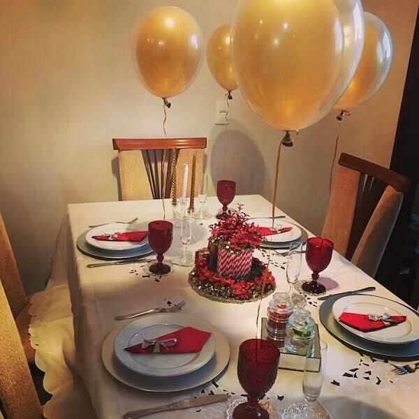 Decoração de natal simples e barata em mesa com balões em dourado