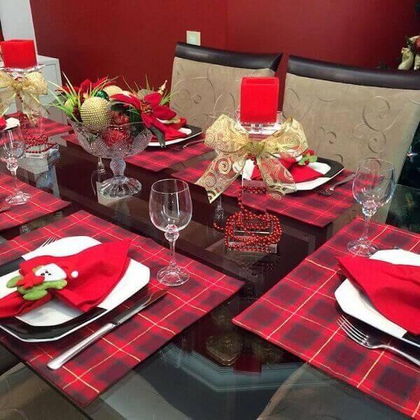 Decoração de natal simples e barata em mesa com decoração xadrez