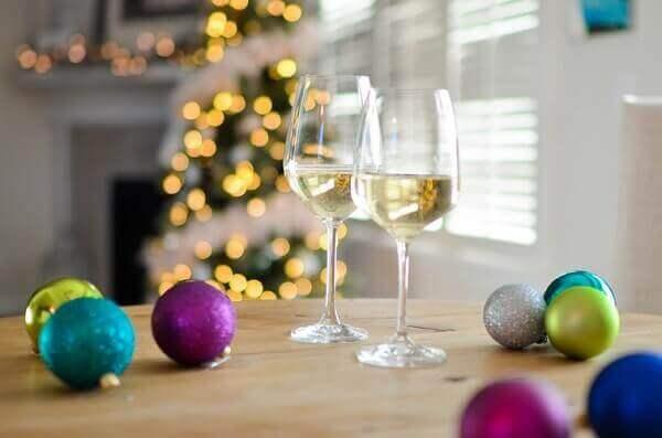 Decoração de natal simples e barata em mesa com taça