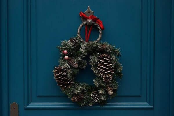 Decoração de natal simples e barata guirlanda com pinhas