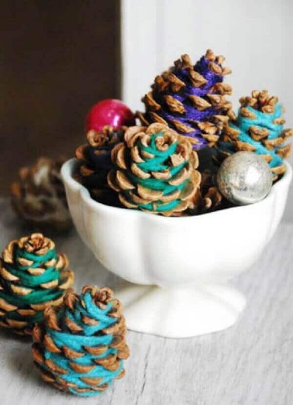 Decoração de natal simples e barata pinhas coloridas