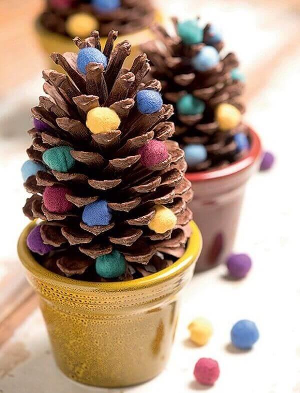 Decoração de natal simples e barata pinho com bolinhas em feltro decora aparador