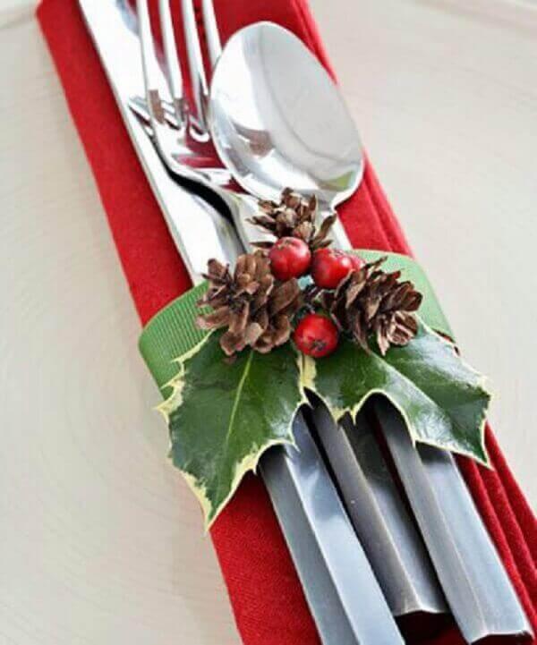 Decoração de natal simples e barata talheres decorada com pinhas pequenas