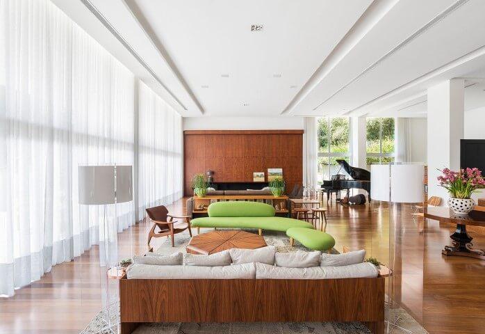 Decoração de sala ampla com sofá discreto e chaise verde Projeto de Leonardo Muller