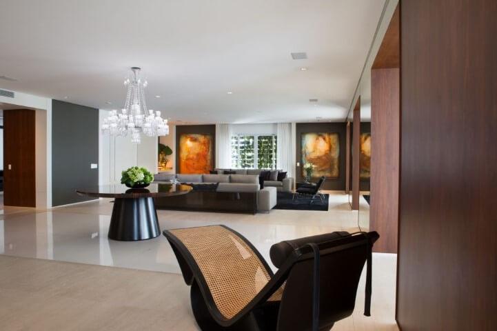 Decoração de sala com dois sofás iguais e uma chaise assinada por Oscar Niemeyer Projeto de Marcia Batiste Lide Mello