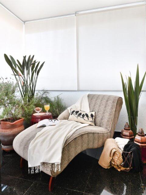 Decoração de sala com espreguicadeira de oncinha em cantinho da leitura Projeto de Tetriz Arquitetura