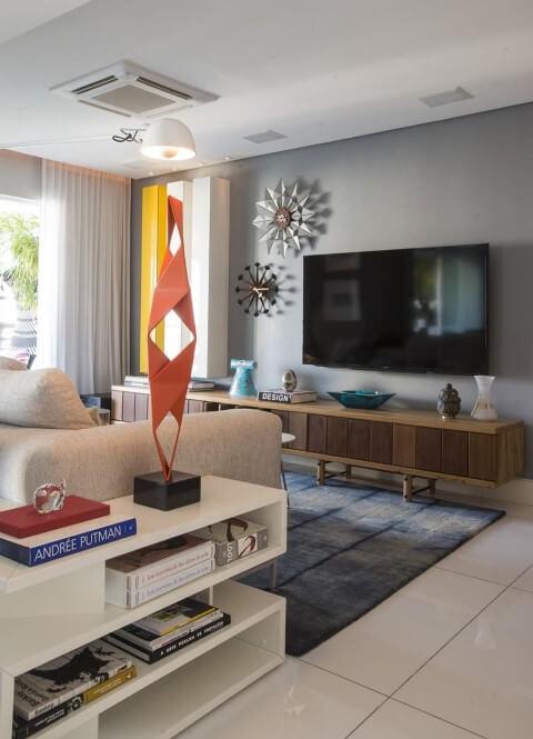 Decoração de sala com objetos decorativos coloridos Projeto de Rodrigo Maia