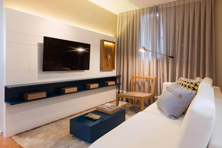 Decoração de sala com painel para TV com nicho embutido Projeto de Sesso Salanezi