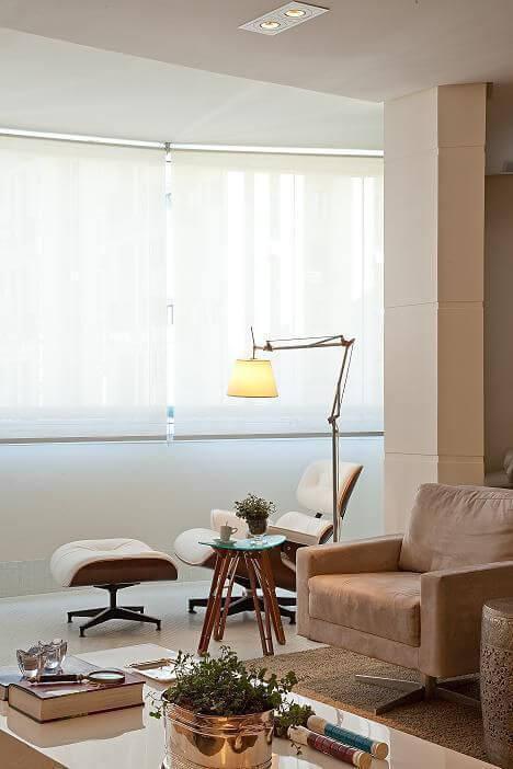 Decoração de sala com poltrona e luminária de chão Projeto de Patricia Kolanian