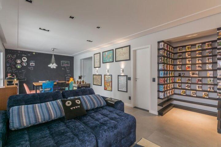 Decoração de sala com prateleiras cheias de bonecos Funko Projeto de Idealizzare Arquitetura