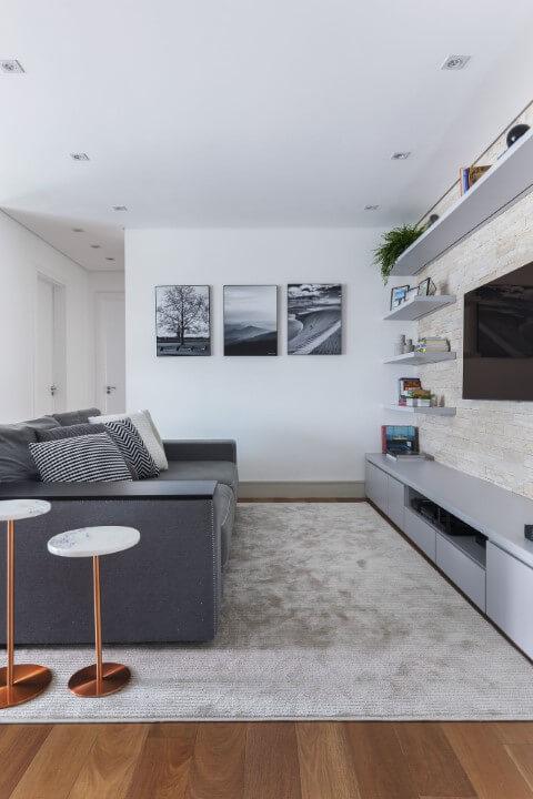 Decoração de sala com predominância do cinza e de tons claros Projeto de SP Estúdio