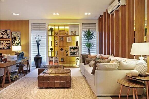 Decoração de sala com puffs de couro utilizados como mesa de centro Projeto de Quitete Faria