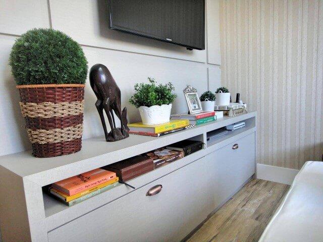 Decoração de sala com rack cinza e painel de TV claro Projeto de Gabriela Herde