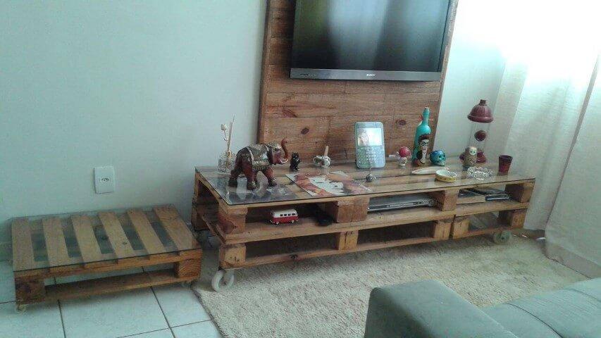 Decoração de sala com rack e painel para TV feitos de pallets Projeto de Elaine Mattos Motta