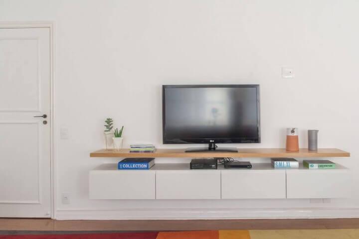 Decoração de sala com rack suspenso Projeto de Viviane Gobbato