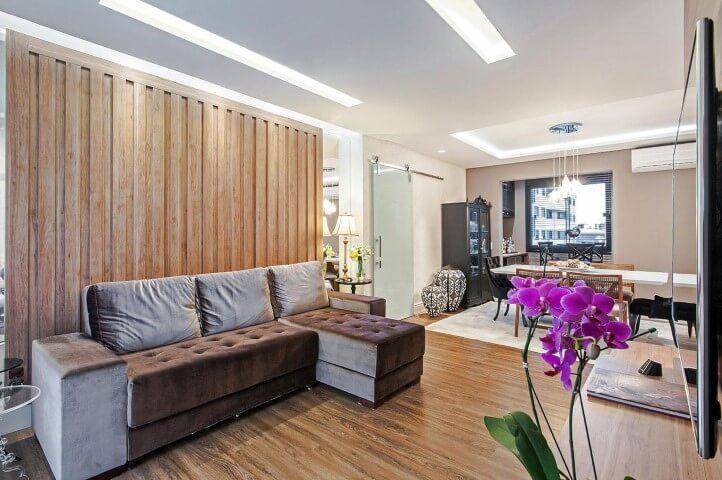 Decoração de sala com sofá com chaise dividindo o espaço Projeto de Patricia Azoni